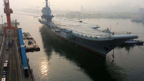 El primer portaviones construido en China zarpó del puerto de Dalian - Sputnik Mundo