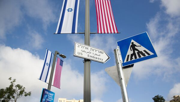 A road sign leading to the U.S. Embassy is seen ahead the official opening in Jerusalem - Sputnik Mundo