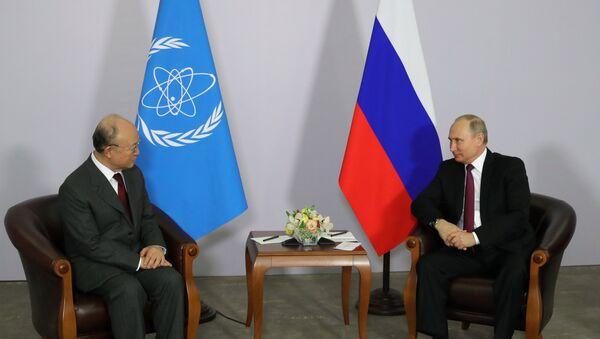 El director general del Organismo Internacional de la Energía Atómica, Yukiya Amano y el presidente de Rusia, Vladímir Putin - Sputnik Mundo