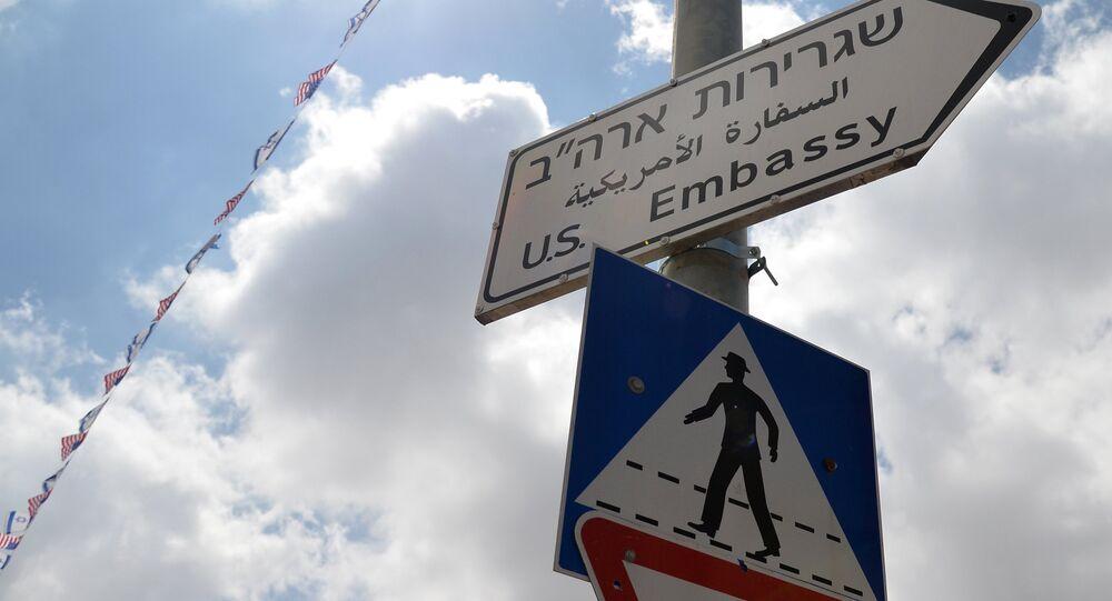 Una señal que dirige a la embajada de EEUU en Jerusalén