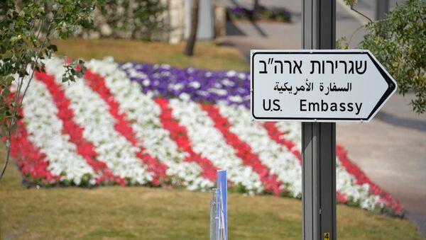 Una señal que dirige a la embajada de EEUU en Jerusalén - Sputnik Mundo