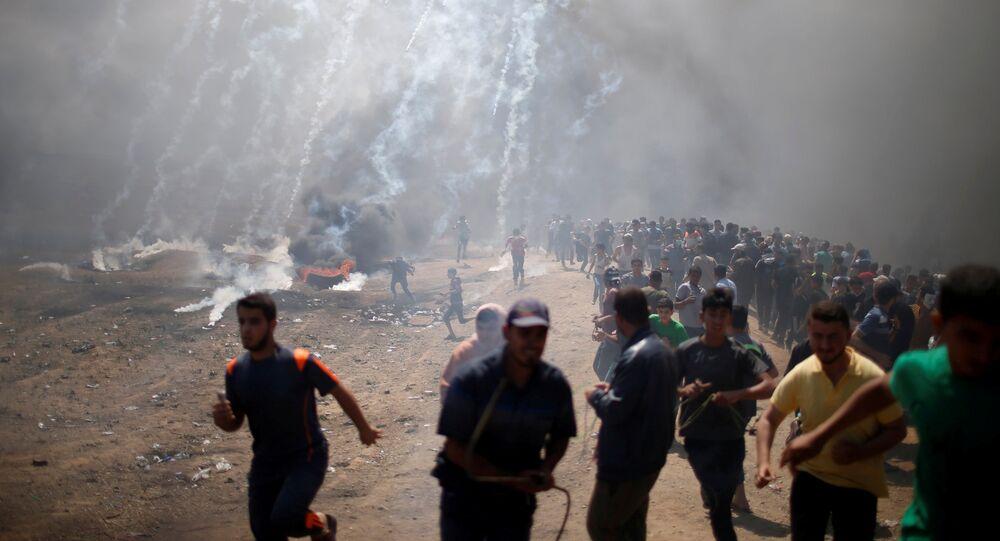 Enfrentamientos entre los manifestantes y las tropas israelíes durante las protestas de los palestinos en la frontera entre la Franja de Gaza e Israel