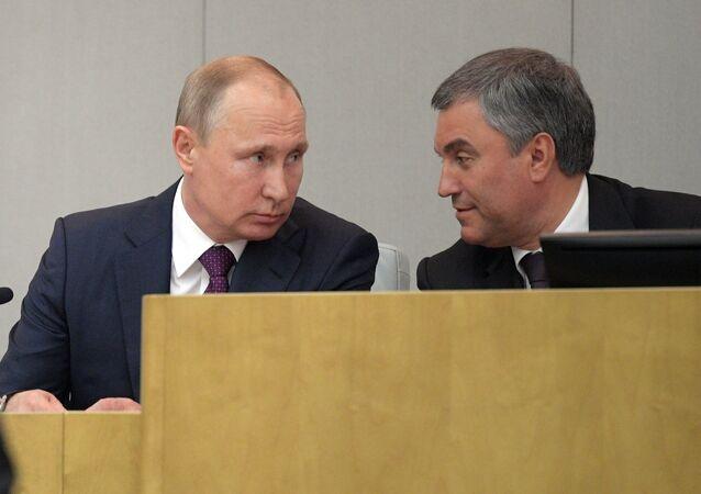El primer ministro Dmitri Medvédev (izda.), el presidente de Estado Vladimir Putin (centro) y el presidente de la Duma Viacheslav Volodin (dcha.)