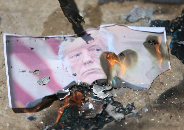 Palestinos queman una foto del presidente Donald Trump