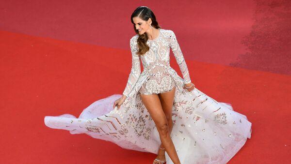 Transparencias y poco para la imaginación: así lucieron las mujeres del Festival de Cannes - Sputnik Mundo