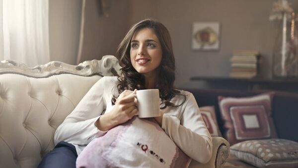Una joven tomando café - Sputnik Mundo