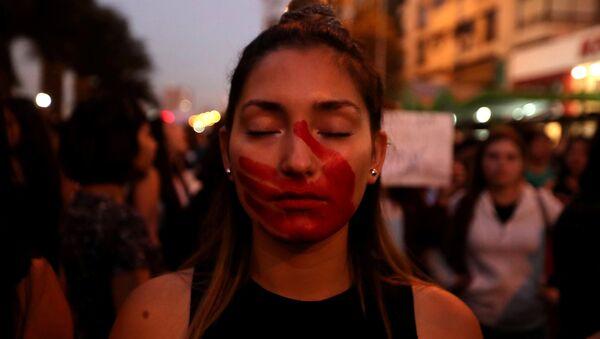 Una mujer protesta en contra desigualdad de género - Sputnik Mundo