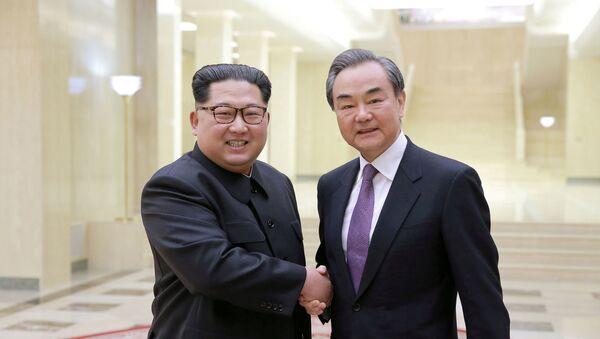 Líder de Corea del Norte, Kim Jong-un, y canciller de China, Wang Yi - Sputnik Mundo