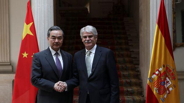 Wang Yi, el ministro de Asuntos Exteriores chino y Alfonso Dastis, su homólogo español - Sputnik Mundo