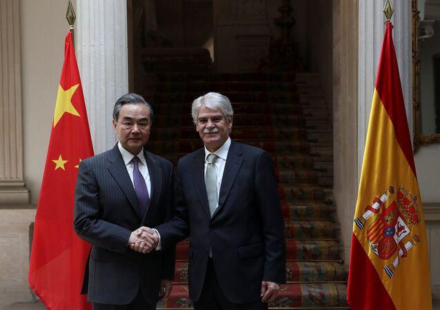 Wang Yi, el ministro de Asuntos Exteriores chino y Alfonso Dastis, su homólogo español