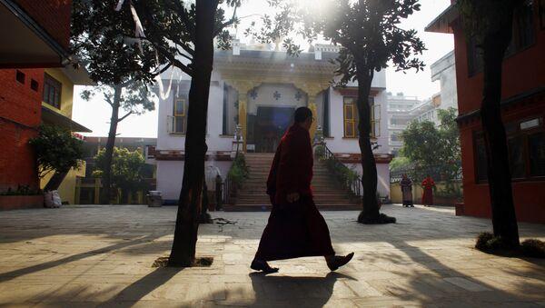 Un monje tibetano camina por un monasterio - Sputnik Mundo
