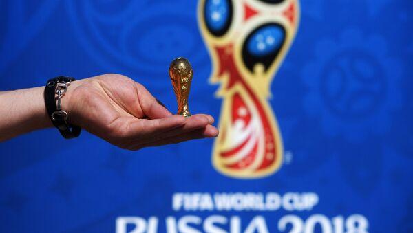 Una copia del trofeo del Mundial 2018 - Sputnik Mundo