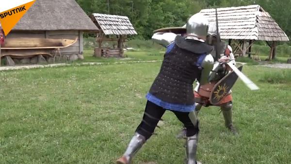Una chica rusa lleva armadura medieval y pelea con espadas - Sputnik Mundo