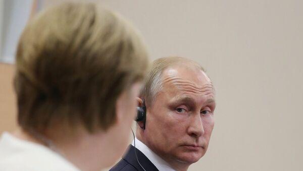 La canciller de Alemania, Angela Merkel, y el presidente de Rusia, Vladímir Putin - Sputnik Mundo