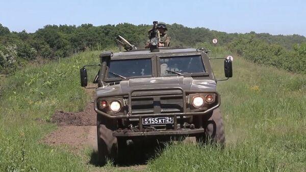 Novedoso automóvil blindado de Kamaz, en acción - Sputnik Mundo