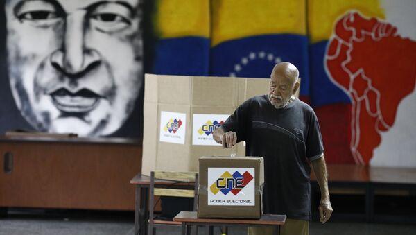 Un venezolano está votando en las elecciones presidenciales en Caracas - Sputnik Mundo