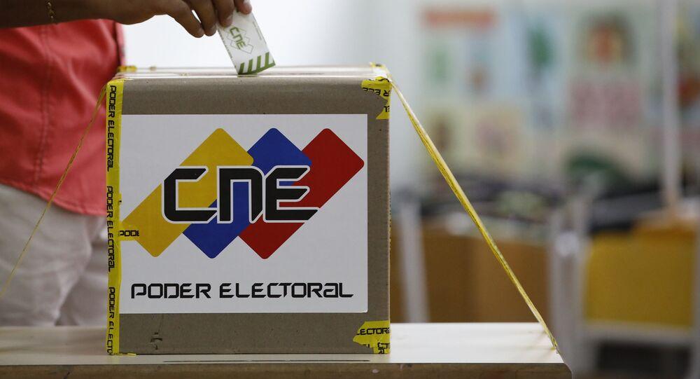 Un ciudadano venezonalo está votanto en las elecciones presidenciales en Caracas, Venezuela