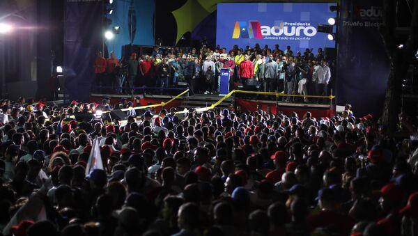 El presidente reelecto de Venezuela, Nicolás Maduro, junto con sus partidarios tras el anuncio de su victoria en los comicios del 20 de mayo - Sputnik Mundo