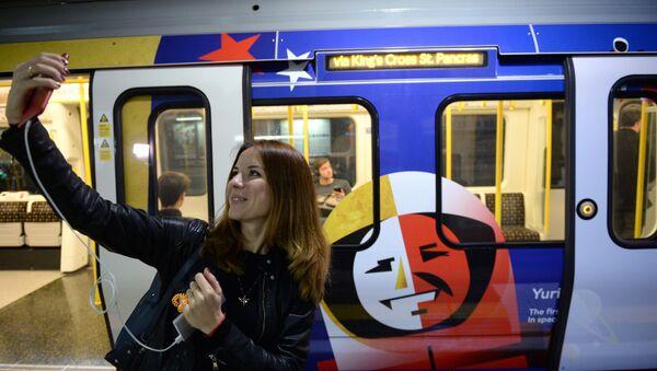 Una chica hace selfi en el metro de Moscú - Sputnik Mundo