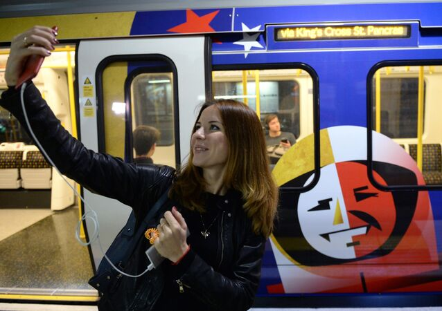 Una chica hace selfi en el metro de Moscú