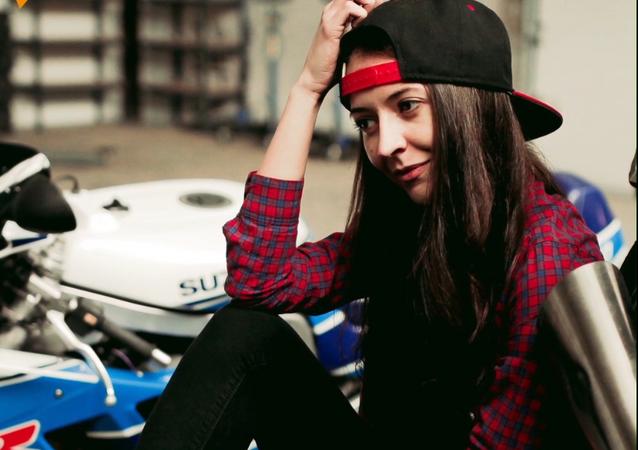 Esta chica rusa lo sabe absolutamente todo sobre las motos