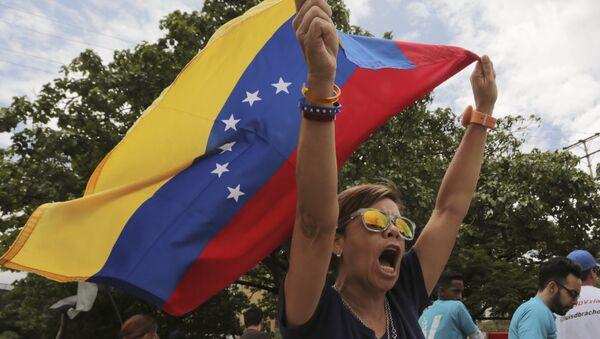 Una opositora del presidente venezolano Nicolás Maduro grita algo - Sputnik Mundo