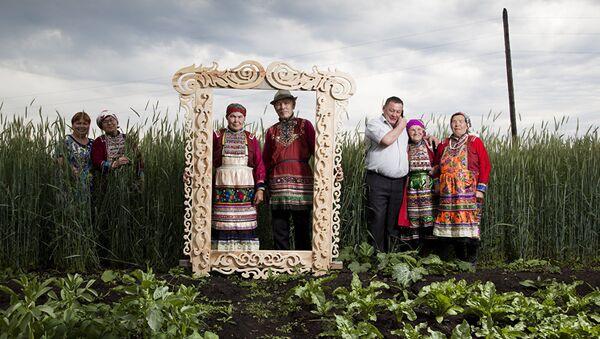 'Habitantes de Mari-El en la región de Ural usan trajes tradicionales' por Fyodor Telkov - Sputnik Mundo