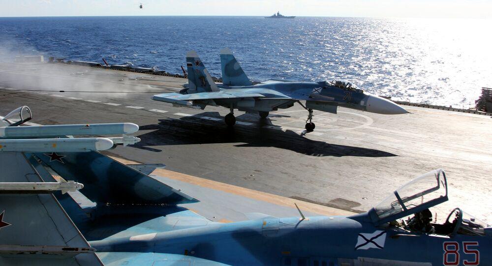 Un Su-33 ruso a bordo del portavions Almirante Kuznetsov, en el Mediterráneo