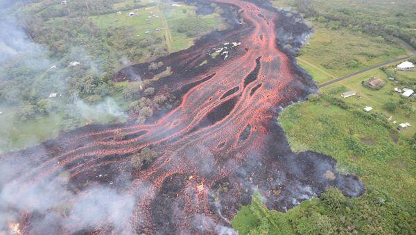 La lava fluye desde el volcán Kilauea, Hawái - Sputnik Mundo