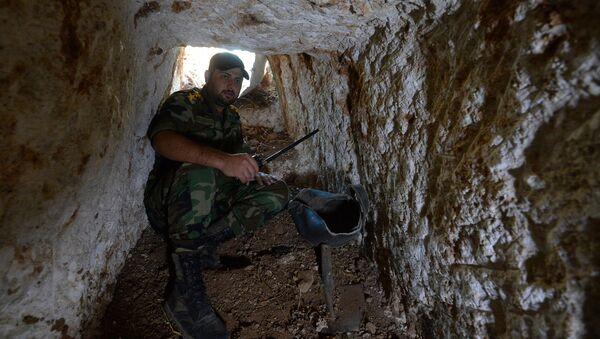 Un oficial del Ejército sirio muestra herramientas para cavar túneles en el área de Homs - Sputnik Mundo