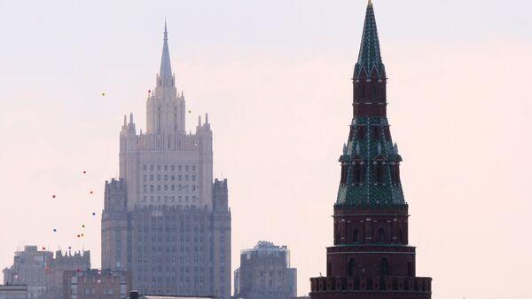 Una de las torres del Kremlin y el Ministerio de Asuntos Exteriores de Rusia - Sputnik Mundo