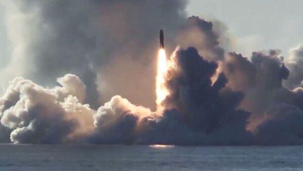 El momento exacto del lanzamiento de 4 misiles balísticos Bulava desde un submarino ruso - Sputnik Mundo