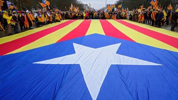 Manifestantes con la bandera independentista de Cataluña (archivo) - Sputnik Mundo
