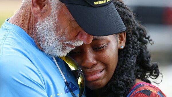 Familiares y amigos lloran las víctimas del tiroteo de Santa Fe (Texas), 21 de mayo de 2018 - Sputnik Mundo