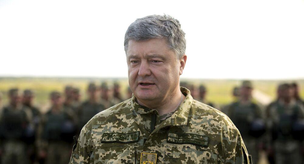 El presidente de Ucrania, Petró Poroshenko, en un campo de entrenamiento militar (archivo)