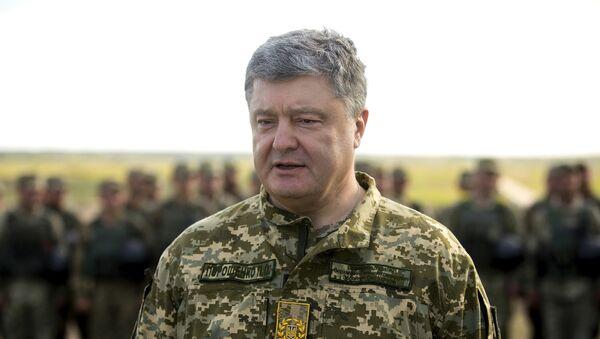 El presidente de Ucrania, Petró Poroshenko, en un campo de entrenamiento militar - Sputnik Mundo