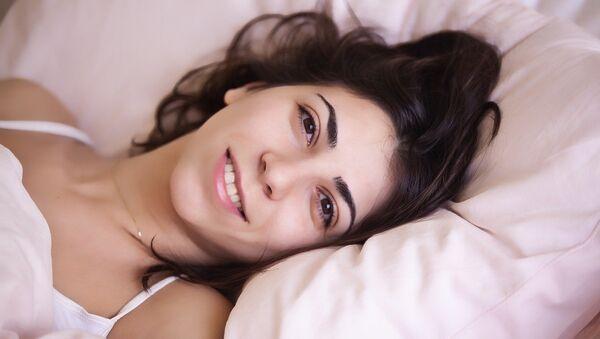 Una mujer feliz en la cama - Sputnik Mundo
