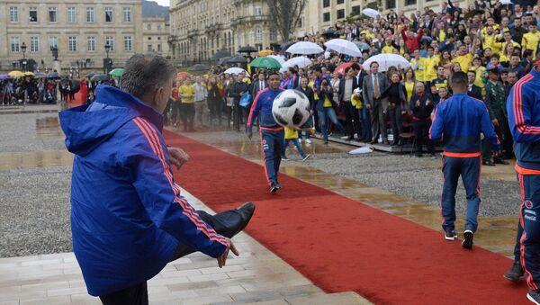 Presidente de Colombia, Juan Manuel Santos, despide a selección de fútbol que participará en el Mundial - Sputnik Mundo