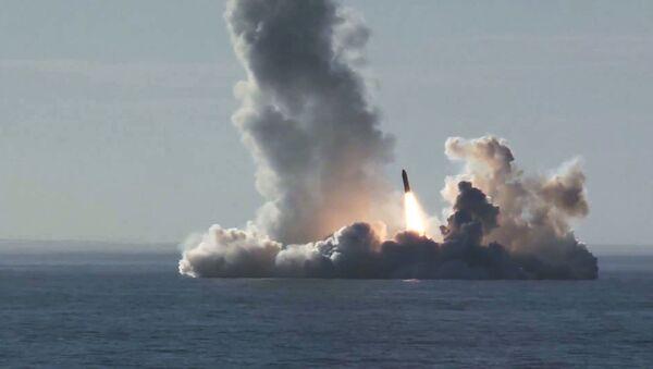 Lanzamiento de cuatro misiles Bulava desde el submarino Yuri Dolgoruki de la clase Borei - Sputnik Mundo