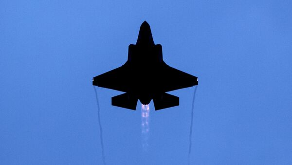 Un avión de combate F-35 de producción de EEUU - Sputnik Mundo