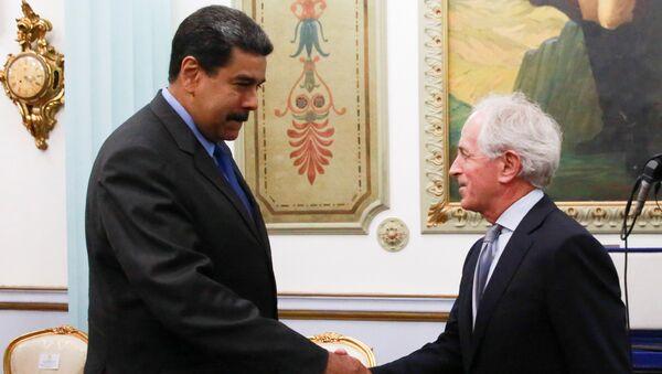 Presidente de Venezuela, Nicolás Maduro, y senador republicano estadounidense Bob Corker - Sputnik Mundo