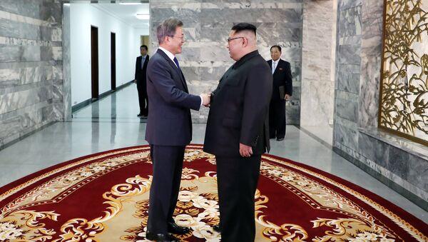 Kim y Moon celebran una segunda cumbre en la zona desmilitarizada - Sputnik Mundo