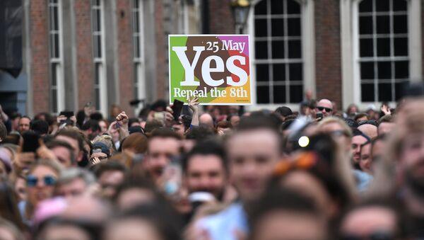 Los manifestantes celebran la legalización del aborto en Irlanda - Sputnik Mundo