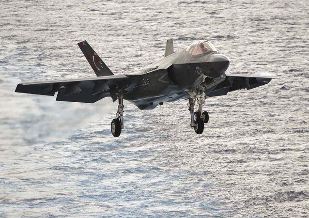 Un F-35C estadounidense antes de aterrizar sobre la cubierta del portaviones USS George Washington (archivo)
