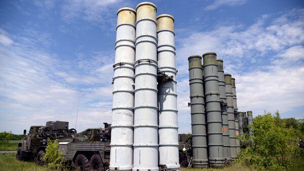 Los sistemas de defensa antiaérea rusos S-300 durante unas maniobras - Sputnik Mundo