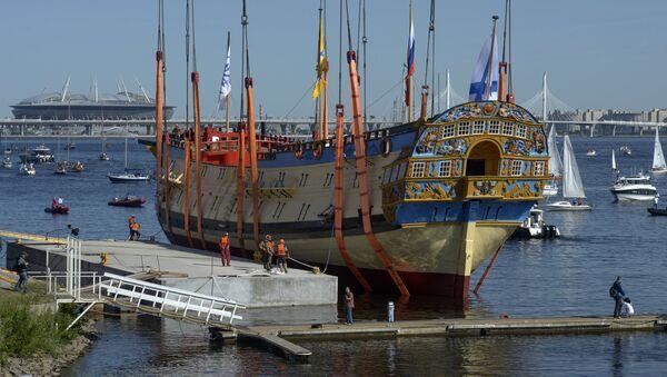 Una réplica del navío de línea ruso de 1712 sale del dique seco en San Petersburgo - Sputnik Mundo