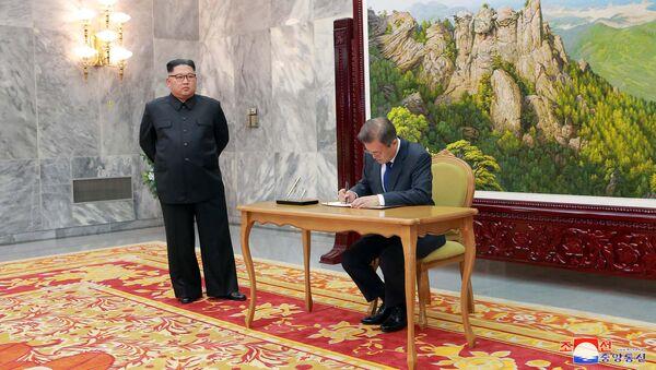 Reunión entre el presidente de Corea del Sur, Moon Jae-in, y el líder de Corea del Norte, Kim Jong-un - Sputnik Mundo