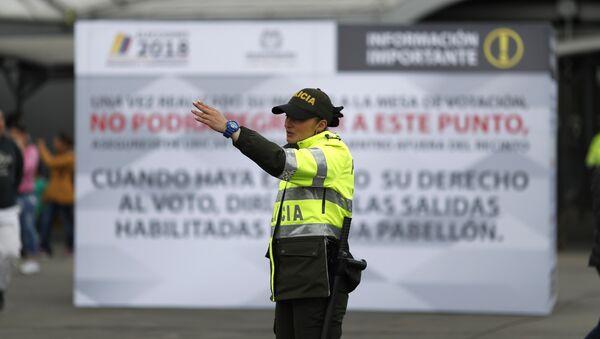 Agente de policía en un centro de votación en Bogotá durante las elecciones presidenciales en Colombia - Sputnik Mundo