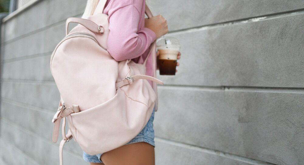 Una muchacha con una mochila