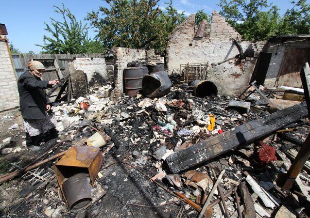 Consecuencias del bombardeo en Docuchayevsk, este de Ucrania, 28 de mayo de 2018